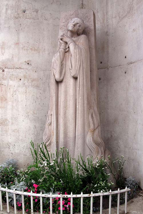 Памятник Жанне д'Арк на месте ее сожжения в Руане. Фото: Владимир Шеляпин / Wikimedia.